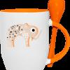 tasse avec cuillère et motif imprimé